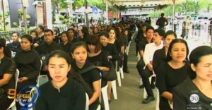 thai-mourners-in-front-of-grand-palace